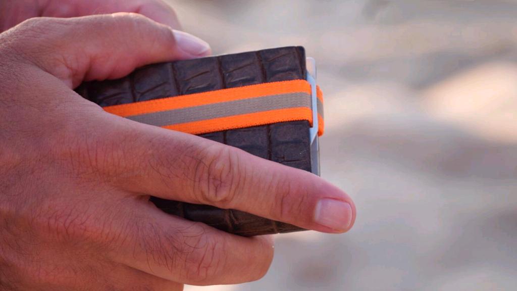Das Kartenetui Q7 Wallet in Croco Design geschlossen in der Hand.